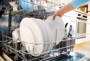 Diskmaskinerna är en oumbärlig hjälp i köket, men de ställer också till med många och dyra vattenskador.   Foto: Shutterstock