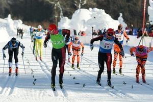 Andreas Nygaard (i grönt) först över mållinjen närmast före Jens Eriksson (nummer elva) och Stian Hoelgaard (i rosa).