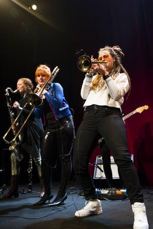 Anna Malmström på klarinett, Paulina Moberg på Trombon och Sundsvalls trumpetfantom Nadia Hamouchi river loss. Gitarristen Sanna Sikborn skymtas i bakgrunden.