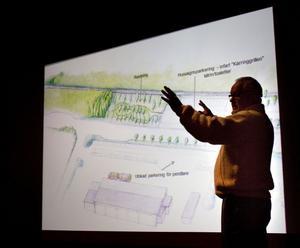 Pelle Nyberg presenterade förslagsskissen över nya genomfarten i Delsbo.