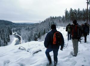 Mjälåns dramatiska dalgång väckte stort intresse hos deltagarna i Naturskyddsföreningens exkursion, som fick stränga instruktioner att inte gå för nära ravinkanten.
