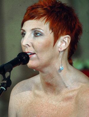 Rose-Marie Allansson körade bakom Nina Söderquist under konserten.