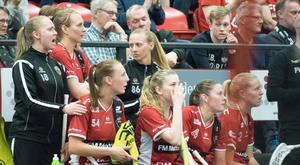 Petra Weiss (nummer 86) har följt de sista matcherna i semifinalen mot Täby från sidan. En ögonskada gör att även lördagens final är i fara.