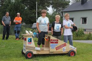 Lukas Ljungqvist, Edvin Wettermark och Marcus Ljungqvist tävlar med bilen Högåkerns racingteam i lådbilsrallyt i Ramsele.