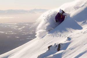 En uppmaning från Friåkaren Erik Sunnerheim är att vänta ett tag med första åket. Skidor och brädor riskerar stora repskador.