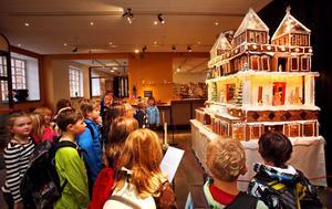 STUMMA. Tvåorna från Sätra skola i Sandviken var på länsmuseet för att lära sig om stenåldern. Här är de på väg för att äta matsäck, men en anställd i receptionen berättade att de blev alldeles tysta när de kom in genom entrédörrarna och fick se pepparkakshuset.