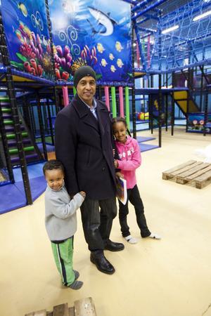 MYCKET JOBB. Det har varit långa arbetsdagar under hösten för Ali Gure. Nu hoppas han att arbetsbördan ska lätta och allt flyta på som väntat. Här med barnen Ibrahim och Sofia.