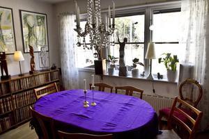 När de köpte matsalsbordet på Myrorna skulle det rymma de fjorton personer som ingick i hushållet just då.