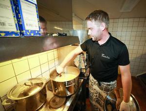 Frukost, lunch och middag –  cirka 60 portioner per måltid lagar Andreas Andersson uppe i ÖSK-stugans minimala kök.