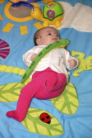 Bara två och en halv månad gammal har Mollie Larsson redan funnit sin plats på öppna förskolan.