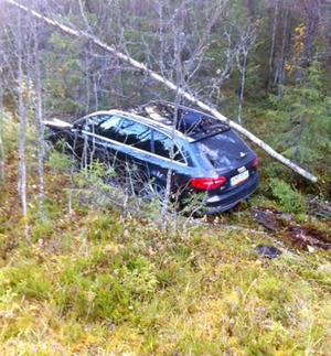 under onsdagsförmiddagen hamnade den här bilen i diket efter att kört på utlagda stenar efter riksväg 84