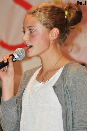 Karolina Bengtsson körar på låten