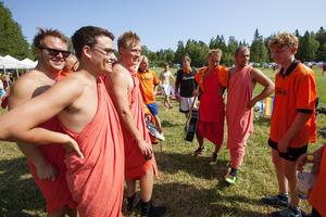 Ett gäng i Gräddö bjöd på sig själva med sina orangea lakan som matchställ.