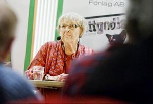 Debuterande poeten Barbro Nässén presenterade sin diktsamling vid förlagets boksläpp på biblioteket i måndags.Foto: Ulrika Andersson