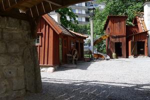 Lekplatsen Bryggartäppan i Stockholm är inspirerad av miljöerna i Per Anders Fågelströms bok Mina drömmars stad.  I Säterdalen ska miniatyrhusen likna karaktäristiska hus i Säters.  Foto: Ivar Inkapööl