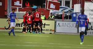 ÖFK firar Modou Barrows ledningsmål till 1–0 i första halvlek.