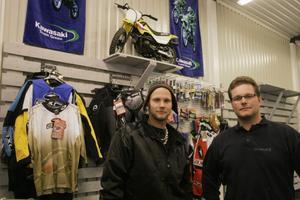 Bröderna Tomas och Patrik Enros i den startklara butiken i en av de före detta sågverksbyggnaderna i Stocka