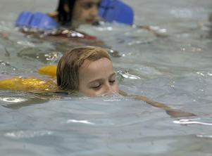 Arkivbild. I Bollnäs och Ovanåkers kommuner är simundervisningen ett obligatoriskt inslag när man börjar i skolan.