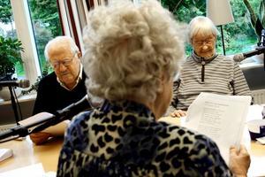 Sommartro. Helding Gappel, Barbro Gustavsson och Paula Lehtoranta läser in sig på texten till Jag tror på sommaren inför inspelningen av körens nya skiva.