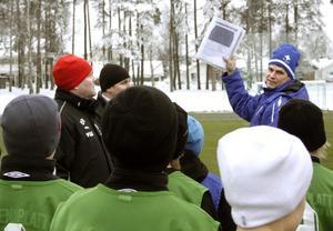 Tränaren Anders Meriloo från IFK Kumla går igenom hur spelarna ska röra sig på ytor. BILD: SAMUEL BORG