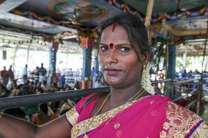 Danam Bakkiam väntar utanför Aravantemplet i Kovagaam som under några dagar varje år blivit en mötesplats för transpersoner från hela södra Indien.