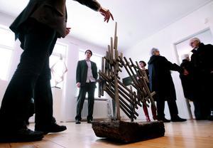 Över hundra personer kom till invigningen. I centralrummet visas Arne Jones föremål. Här modellen till den stora skulpturen