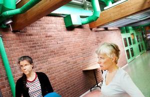 """Snart får Anna Hägglund, Siv Nilsson-Mäki och Kjell Nilsson åka in till stan om de vill gå på biblioteket.Tidigare har lärare på Lugnviksskolan kunnat använda biblioteket under undervisningen. Nu försvinner den möjligheten. Det här får lärarna Anna Hägglund och Siv Nilsson-Mäki att reagera. """"Det är bedrövligt"""", säger Siv Nilsson-Mäki."""