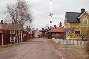 Den närmaste vägen från Venjan till Falun går genom Färnäs, hävdar Karin.
