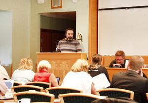 Kristdemokraten Henrik Sendelbach under måndagens möte i Timrå kommunfullmäktige.