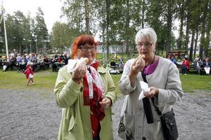 Två andra vänner som också njöt av varmkorven var Monika Engman och Siv Norin.Det är trevligt att träffa folk som bor här. Nu träffar alla vi alla, inte bara grannarna och gör nya bekanta. Det är jättekul, sa Monika Engman.