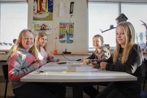 Kompisarna Ella Jonsson-Fernqvist, Malin Klang-Lidholt, Lova Larsson och Lilly Norgren har ett eget bord där de pysslar.