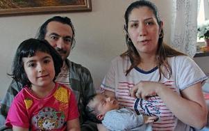 Diyar Alias har ansökt om svenskt medborgarskap för sig och dottern Sara. Det kan inte hans fru Eiman Mati göra. Domstolen slarvade bort hennes id-kort. Hon kan inte heller ansöka om uppehållstillstånd för den nyfödde sonen. FOTO: EVA HÖGKVIST