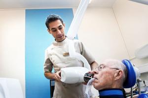 Dags att röntga. Åke Johansson får garnityret översett av tandhygienist Fabian Naseri på den nya tandvårdskliniken i Junsele.