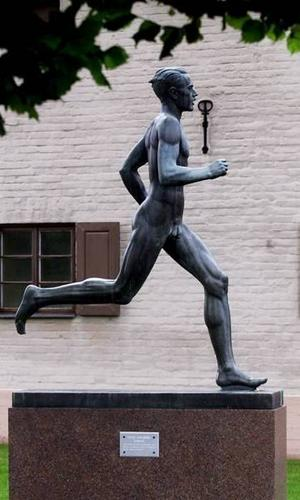 Visst hör Löparen från 1947 hemma på sin klassiska plats utanför Strömvallen.