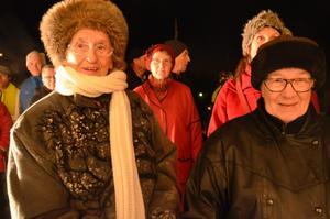Ulla Friberg och Marianne Eriksson tillhör skaran av trogna besökare som kommer till Rådhustorget i stort sett varje kväll.