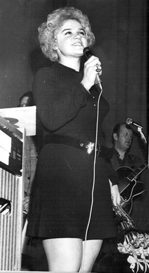 Monica vinner sin första viocalist-tävling på Ljusne-Folkan 1971.