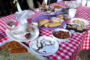 """Tolv medlemmar från """"Utländska Grytans Mat"""" serverade mat, tilltugg, kakor och sötsaker från Somalia, Syrien, Palestina, Afghanistan och Nigeria. Här är det bland annat """"morotshalwa"""", kokoskaka, kakaokaka, basbusa, chin chin, sambusa, och fata och homos."""