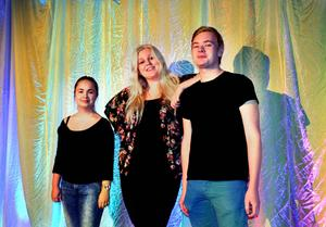 Johanna Haraldh och Mandi Nyby Stålnacke går tredje året på estetprogrammet på Skvaderns gymnasieskola. Under hösten har de varit med om att dra upp planerna för Estetfestivalen som Skvaderns estetelever arrangerar på lördag. Festivalen vänder sig till högstadieelever och bjuder på teater, musik och bild. Samtidigt samlas pengar in till ensamkommande flyktingbarn i samarbete med hjälporganisationen Barnens guldkant i Sundsvall.