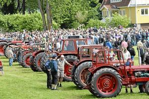 Välbesökt auktion. Närmare 3 500 besökare tros ha kommit till Bro gård, enligt uppskattningar från parkeringsvakterna.