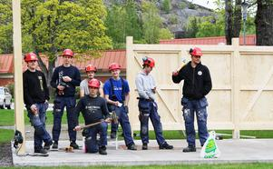 Byggprogramselever från Staffangymnasiet såg till att väggar och tak kom på plats.