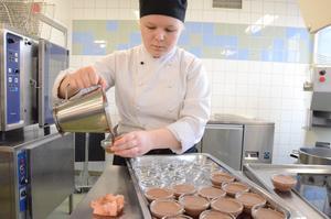 En chokladklassiker på gång. Vispgrädde med chokladpudding. Jane Persson heter dessertkocken.