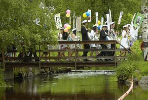 Studentåget i Edsbyn avgick från Folkets hem för att sluta i Öjeparken där det blev tal och stipendieutdelning.