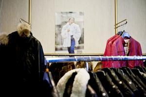 Väggarna är prydda med bilder på tidlösa modeller i päls från olika magasin.