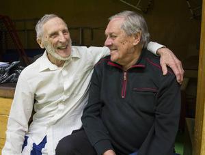 Åldermännen i gemytligt samspråk, 88-årige Stig Ahlman och 84-årige Bert Engberg.
