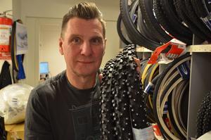Dubbdäck, reflexer och hjälm – det rekommenderar Anders Lindgren till de som ska ut och vintercykla.