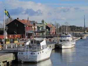 Lungt och fridfullt i Nyköpingshamn på Påskafton. Serveringarna ligger beredda inför sommarinvasionen. Solen skiner men vinden är iskallö