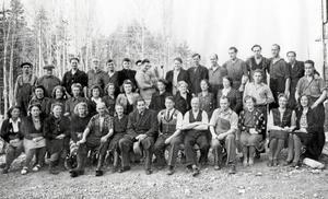 Arbetsstyrkan samlad vid Herdins färgverk under 1940-talet senare del. Fabrikör Nils Herdin sitter på främre raden. John Solhberg efterlyser namnen på fler av personerna på bilden. Fotot tillhör Torbjörn Kullh.