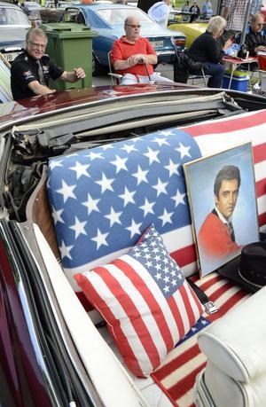 Elvis is The King. Det tycker Johnny Eriksson och Pentti Ekström. Baksätet tillhör en Cadillac.