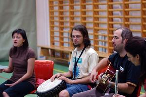 Kroatiska toner. Gruppen Afion lär ut den kroatiska folkmusiklåten Dodole på en av lägrets workshops.