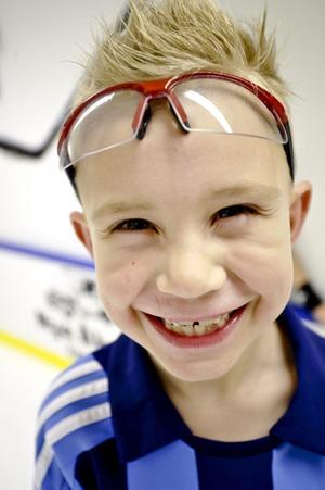 Anton Eriksson är en nöjd sexåring som kör några innebandypass varje dag hemma i sitt eget hus.